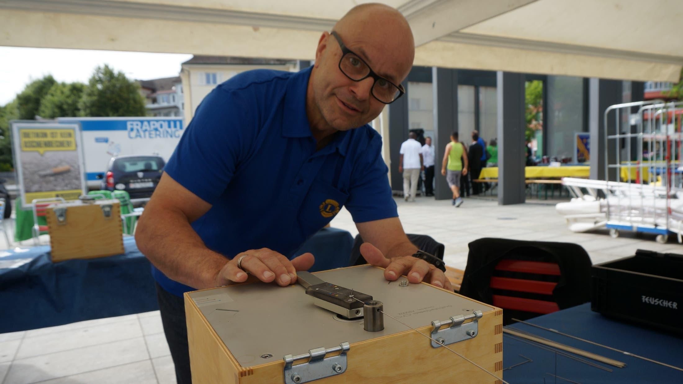 Mit dieser Kiste kann das Draht nach Mass rechtwinklig gebogen werden für die Ein-Dollar-Brille. Remo Quirici erklärt, wie die Brillenherstellung funktioniert.