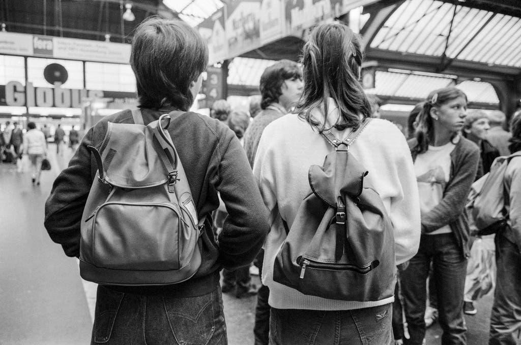 Primarschüler versammeln sich am Zürcher Hauptbahnhof im Jahr 1982 – die Rucksäcke sind nach dreissig Jahren wieder topmodern.