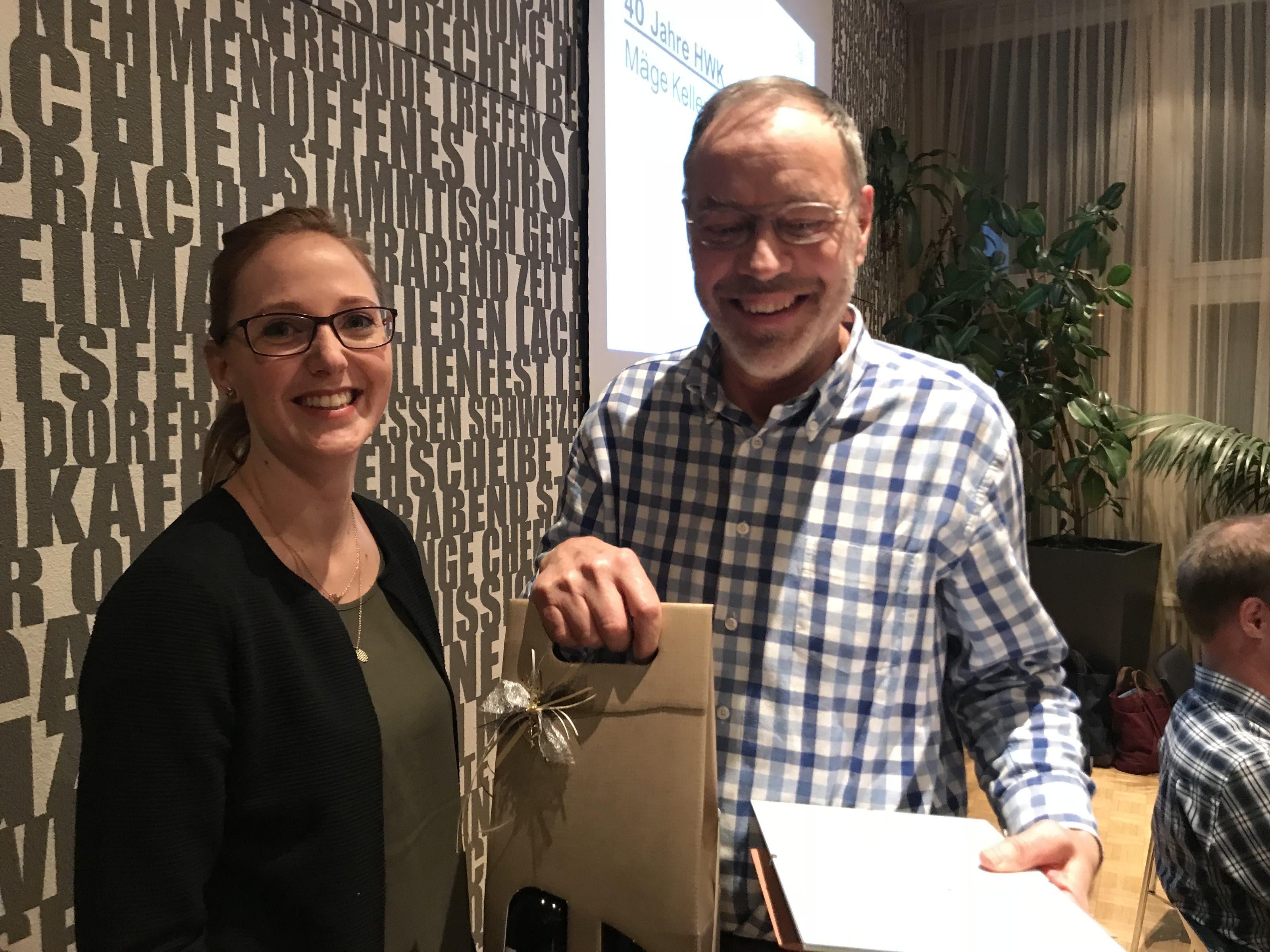 Ueli Däpp, Ehrung 40 Jahre HWK Mitgliederbetreuerin Manuela Gruber mit Präsenten für den geehrten Ueli Däpp für 40 Jahre aktive Mitgliedschaft im Verein.