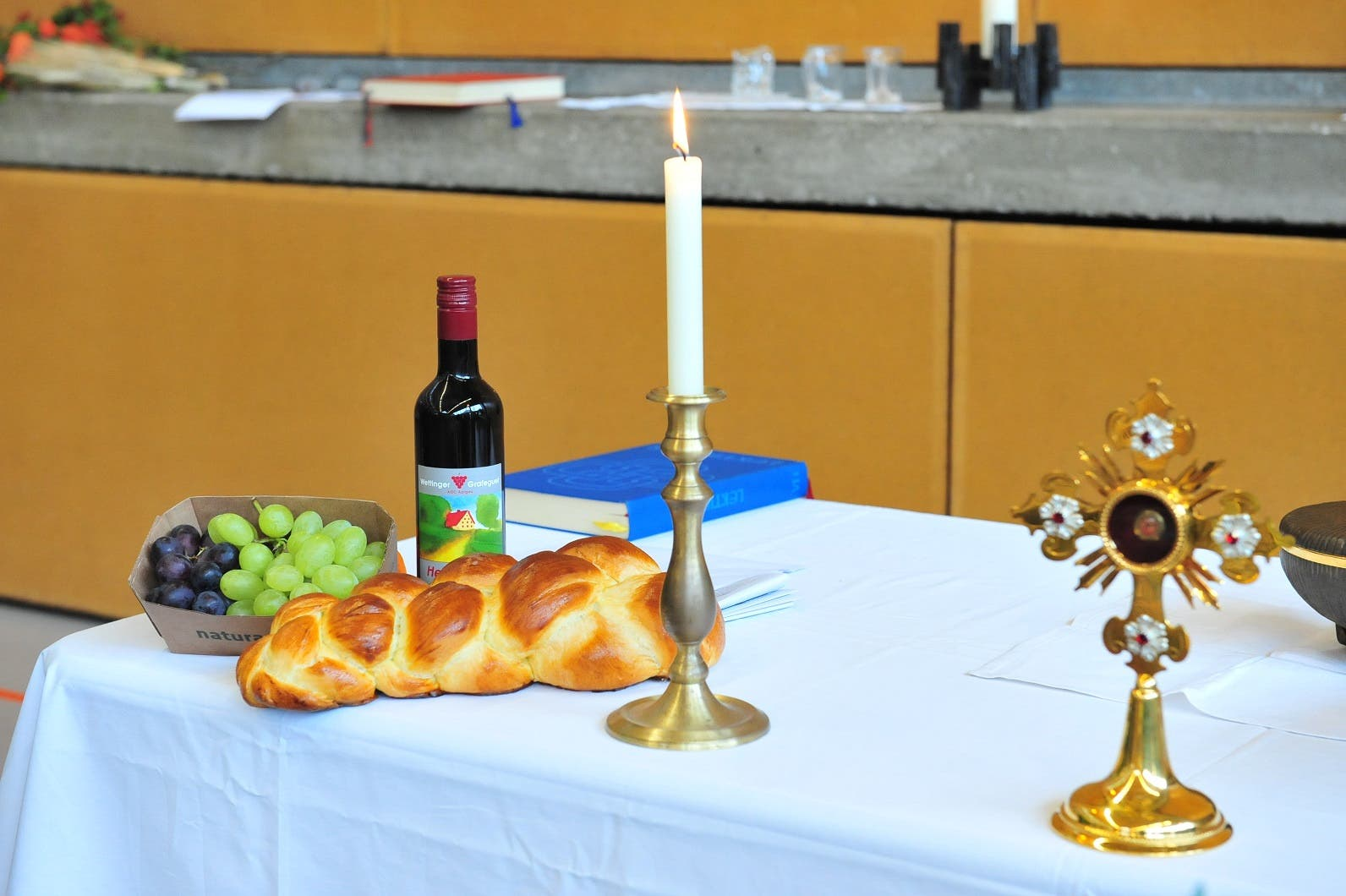 Trauben und frischer Zopf Der improvisierte Altar wurde von den Sakristanen geschmackvoll dekoriert.
