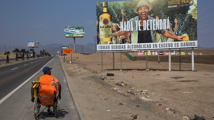 Sportautos, Wohnungen, Wasser: Werbung für Luxus, wo die Ärmsten wohnen