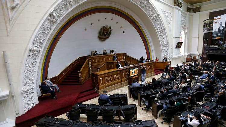 """Eklat in Caracas: Verfassungsversammlung """"kapert"""" Parlament"""
