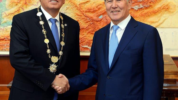 Kirgistans neuer Präsident Scheenbekow tritt sein Amt an