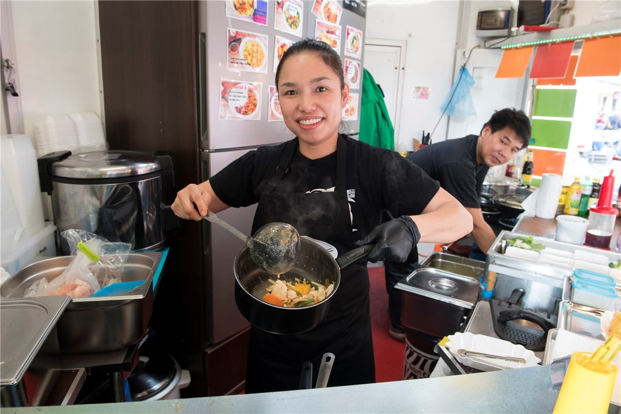 Wanida kocht leckeres Curry, Bangkok Thaifood am Frühlingsmarkt Bad Zurzach.