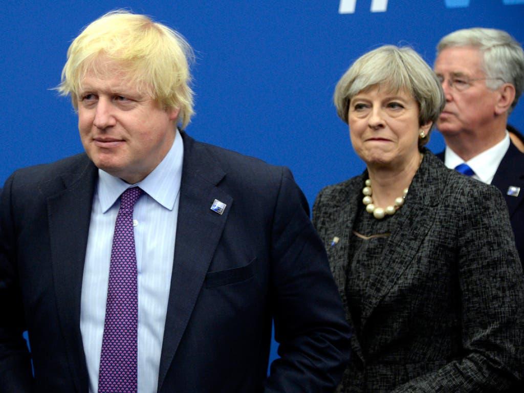 """Laut """"Telegraph"""" denkt unter anderem Aussenminister Boris Johnson (l.) laut darüber nach, seine Kabinettschefin Theresa May abzusetzen."""