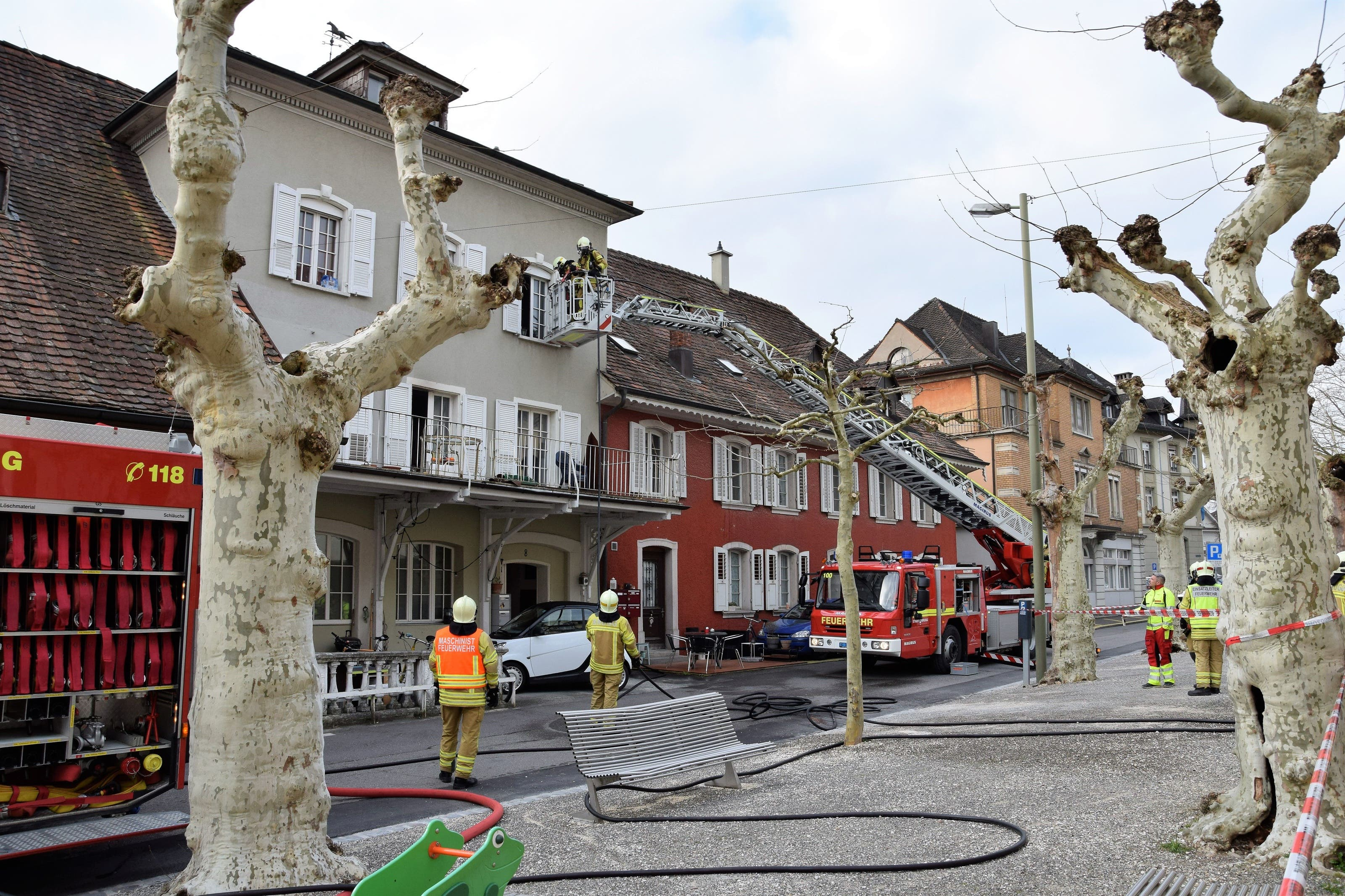 In der alten Schmitte an der Schulthess-Allee in Brugg ist es am Dienstagmorgen zu einem Zimmerbrand gekommen.