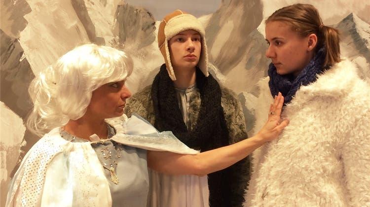 Die Schneekönigin thront im Theater Mausefalle