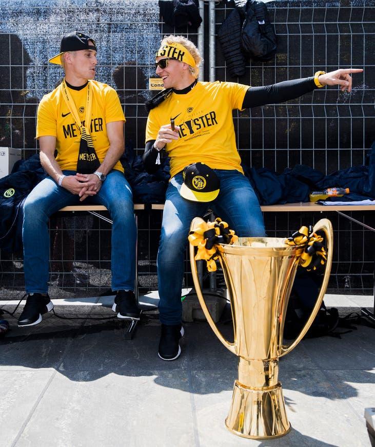 Steve von Bergen (links) gehört wie Marco Wölfli zu den älteren Super-League-Spielern. Trotzdem stellt sich für von Bergen die Frage nicht, wie lange er noch weitermachen möchte.