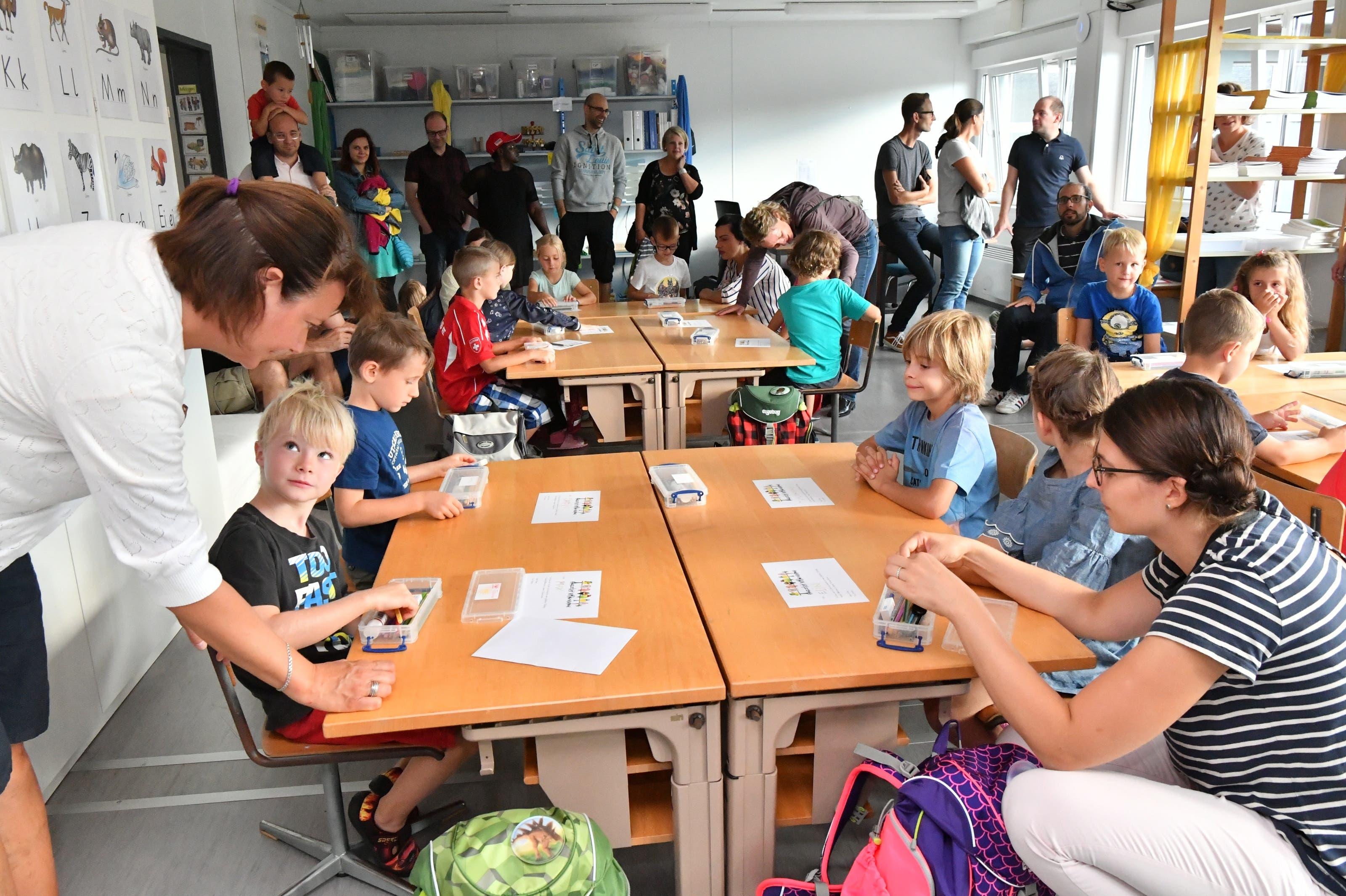 Zu Beginn durften die Eltern noch mit ins Klassenzimmer im Container.