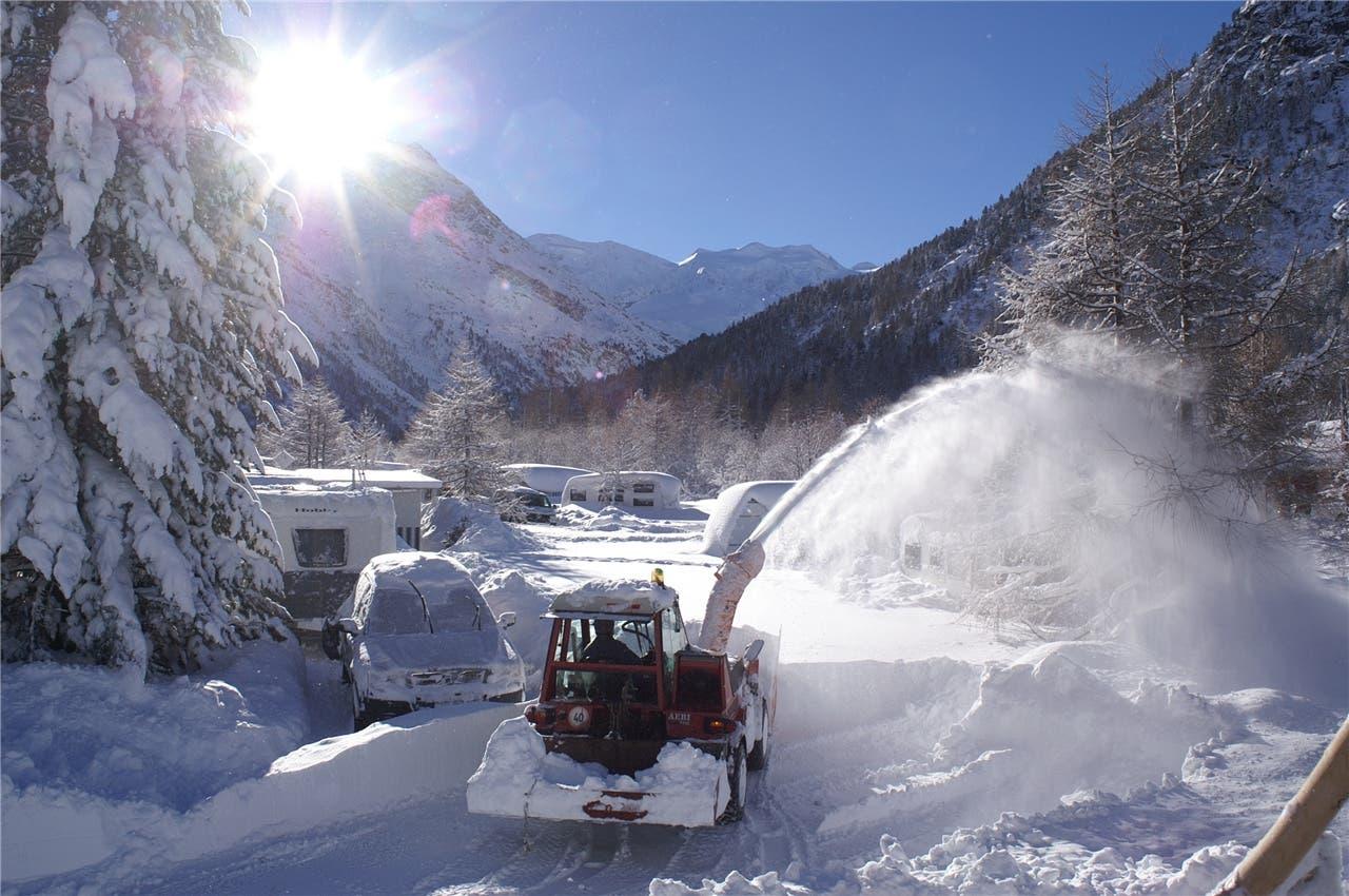 Wer im Winter auf dem Camping Morteratsch aufsteht, stampft sofort im Schnee los.