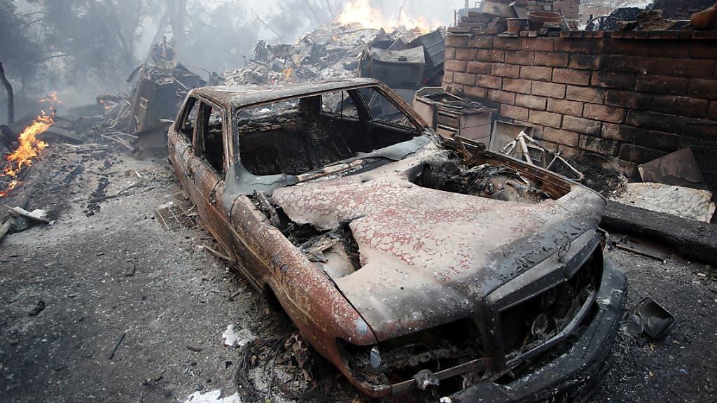 Mehrere Personen starben, als sie versuchten mit ihrem Auto vor den Flammen zu flüchten.