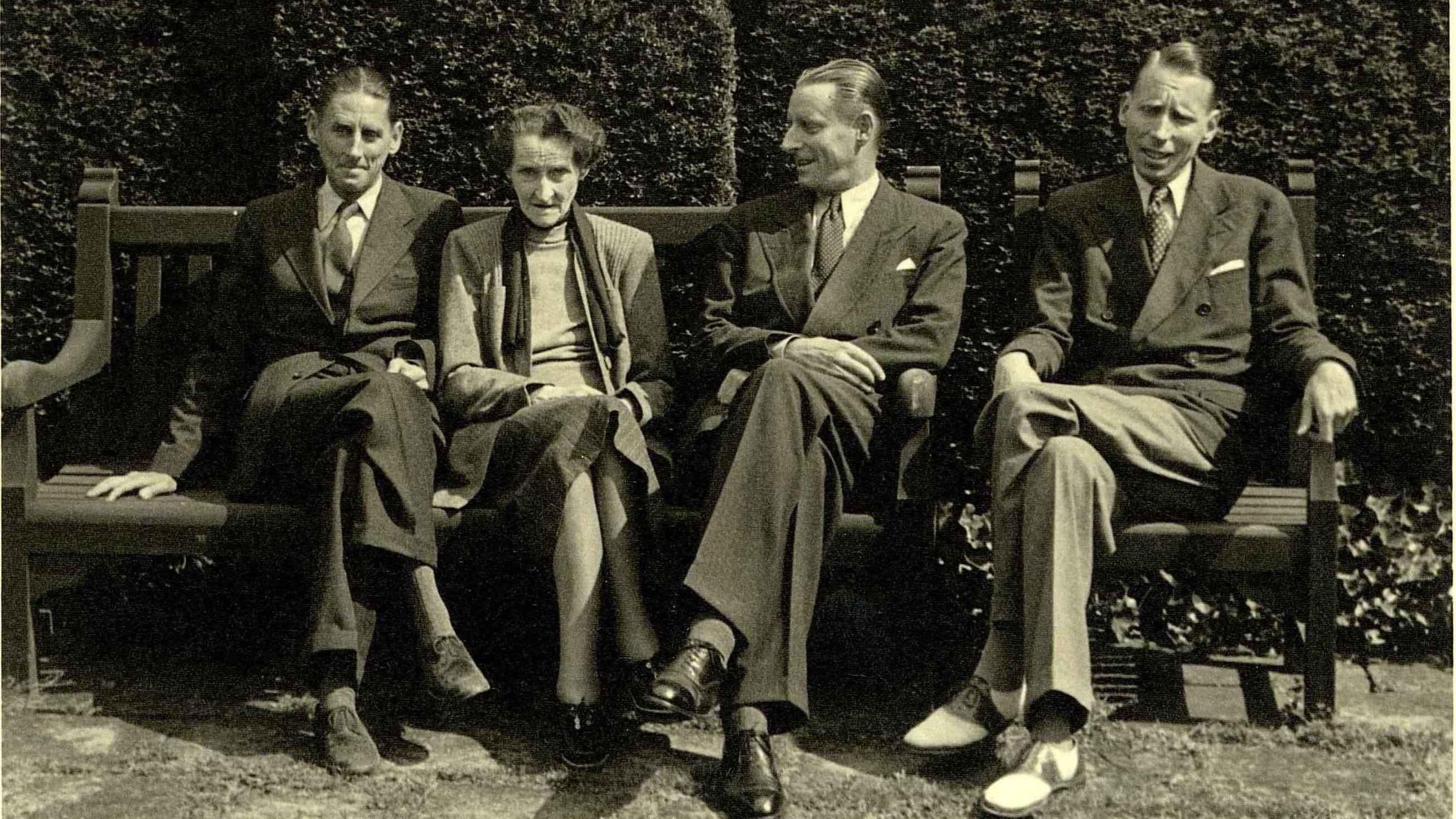 Jenny Brown-Sulzer (1871-1968) Jenny Brown mit ihren Söhnen John Alfred, Sidney Hamlet und Harry Frank Brown (v.l.) im Park der Villa Langmatt im Jahr 1943.