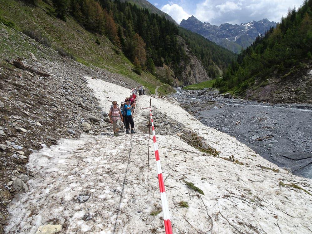 undefined Im Val Trupchun mussten die Urdorfer Senioren einen Lawinenkegel überqueren