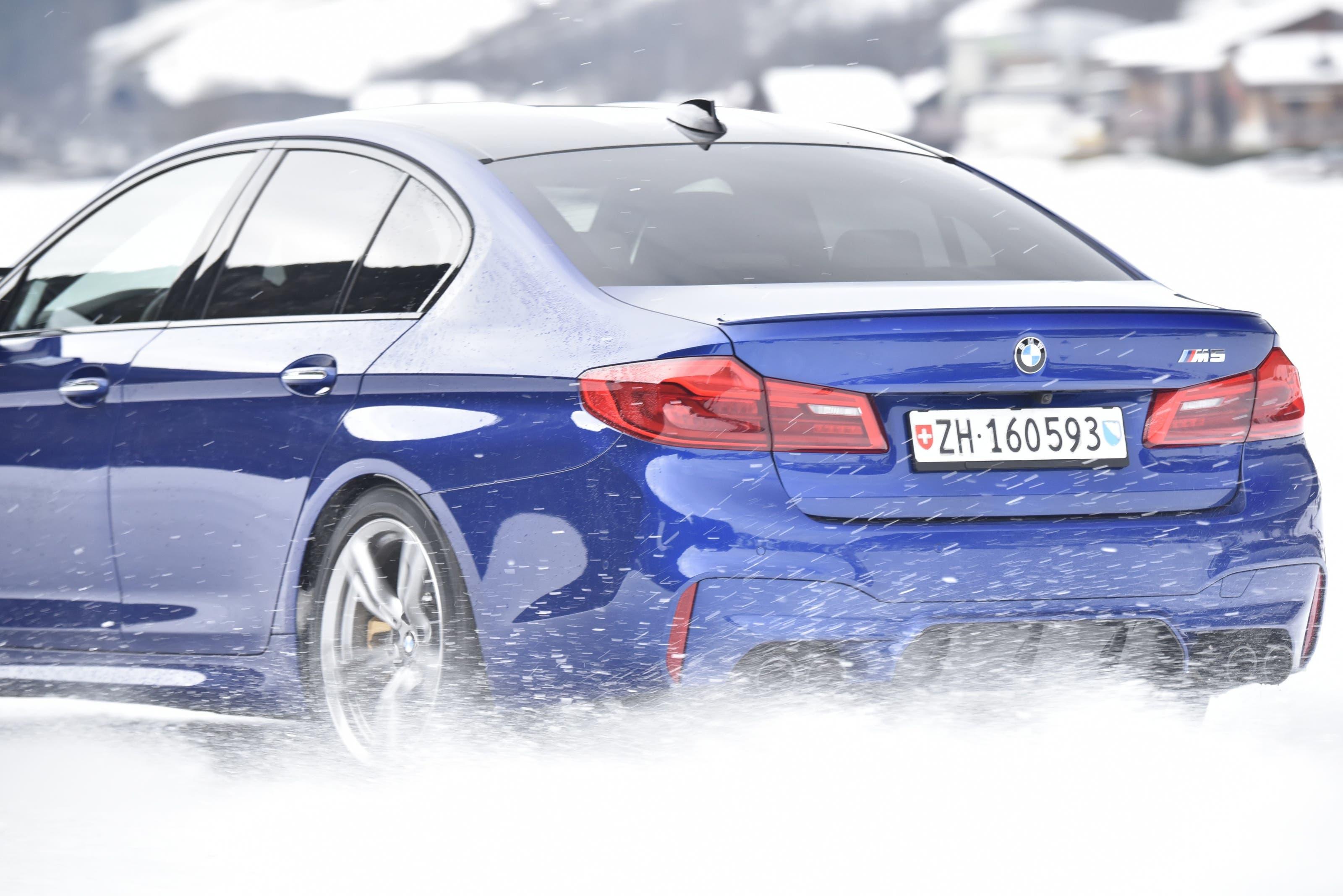 Winterfahrtraining Lerneffekt für das Fahren auf der Strasse kann man mit einem Winterfahrtraining verschenken. Es bietet nicht nur viel Fahrspass auf rutschigem Untergrund, sondern auch einen Sicherheitsgewinn für alle, die in der kalten Jahreszeit auf der Strasse unterwegs sind. Nicht nur die Fahrsicherheitszentren, sondern auch viele Autohersteller bieten Kurse an. So zum Beispiel BMW. In Gstaad und in Davos finden im Januar und Februar Eintages-Kurse statt, entweder als BMW-Wintertraining für 590 Franken am 5. oder 12. Januar in Gstaad, oder am 4. und 27. Februar in Davos. Für sportliche Fahrer empfiehlt sich das M-Wintertraining, wo mit dem M5 und dem neuen M850i traininert wird. 700 Franken, 14., 15. und 16. Januar in Gstaad.