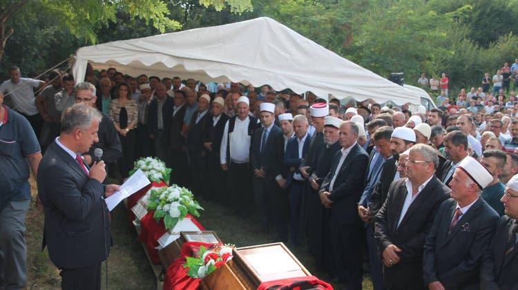 Grosse Anteilnahme: Tödlich verunfallte Aargauer Familie in Kosovo beerdigt