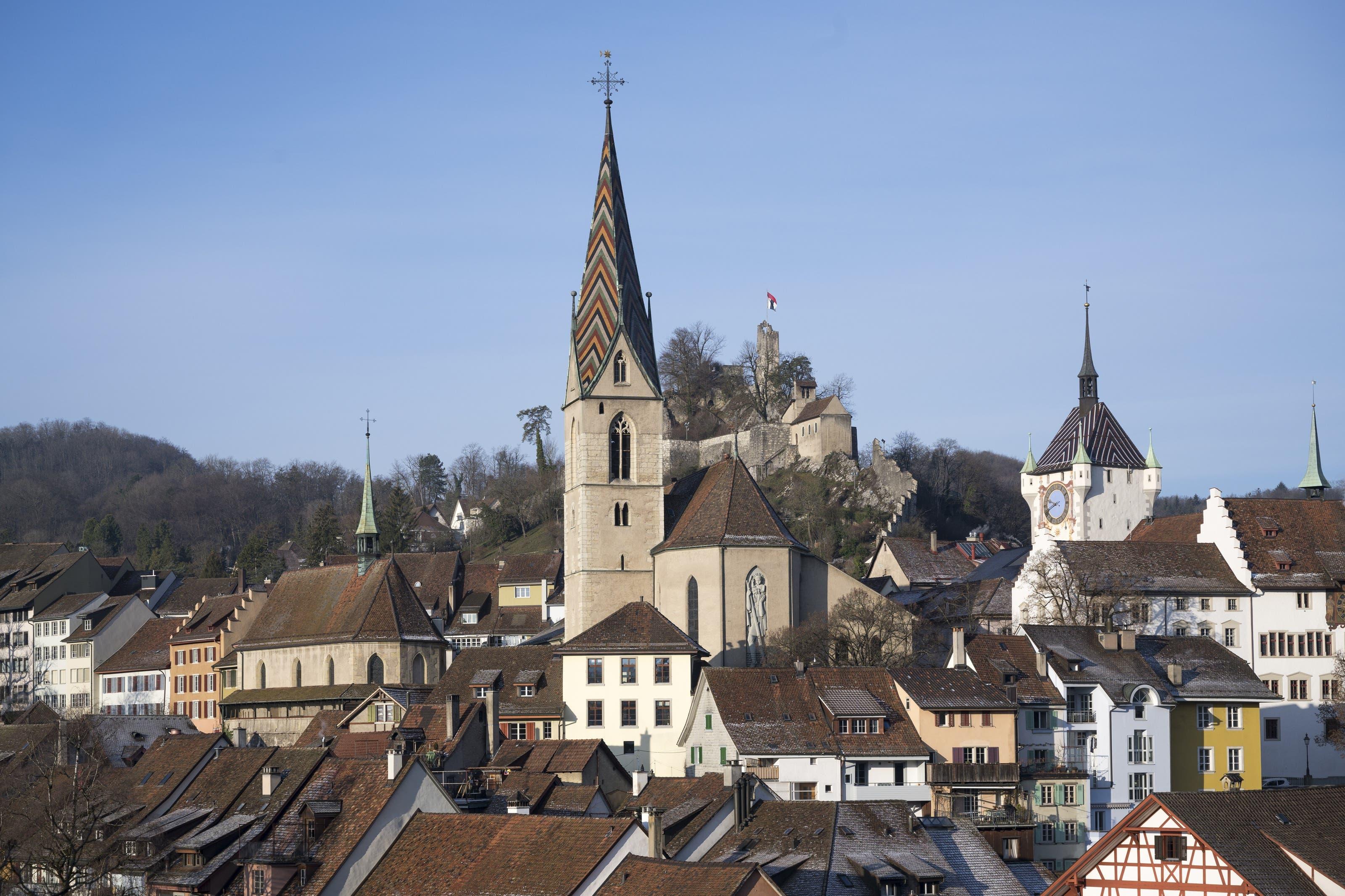 Die Badener Altstadt von der rechten Limmatseite aus gesehen, v.l.n.r.: die Sebastianskapelle, die katholische Stadtpfarrkirche, die Ruine Stein und der Stadtturm.