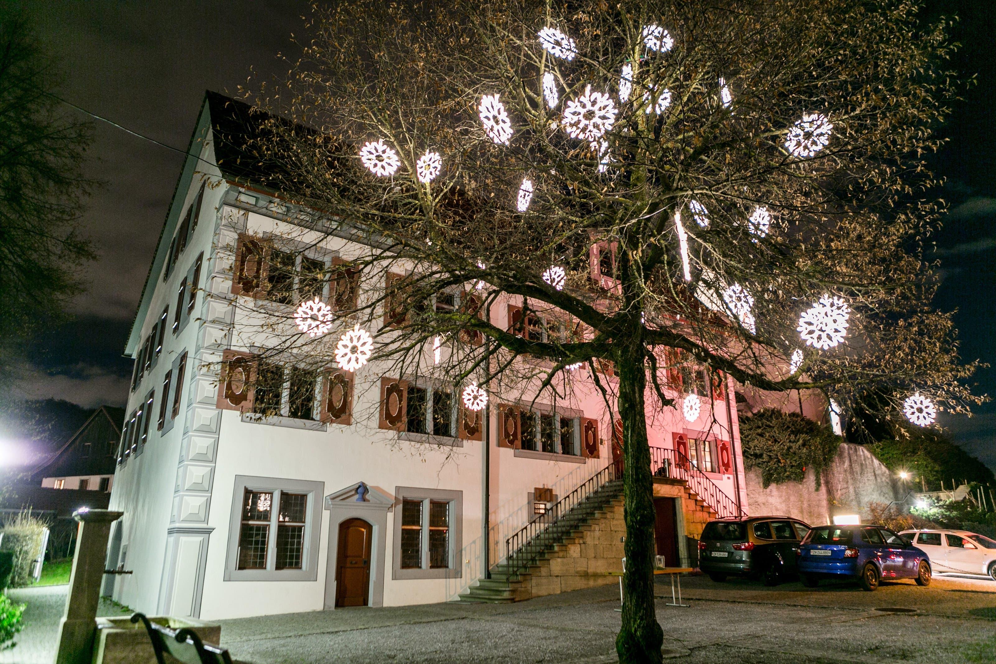 Weiningen Aufgrund der Strassenbauarbeiten im Dorf und in der Fahrweid verzichtet die Gemeinde Weiningen dieses Jahr auf eine Weihnachtsstrassenbeleuchtung. An der Linde vor dem Schlössli hängen aber zahlreiche leuchtende Schneekristalle.