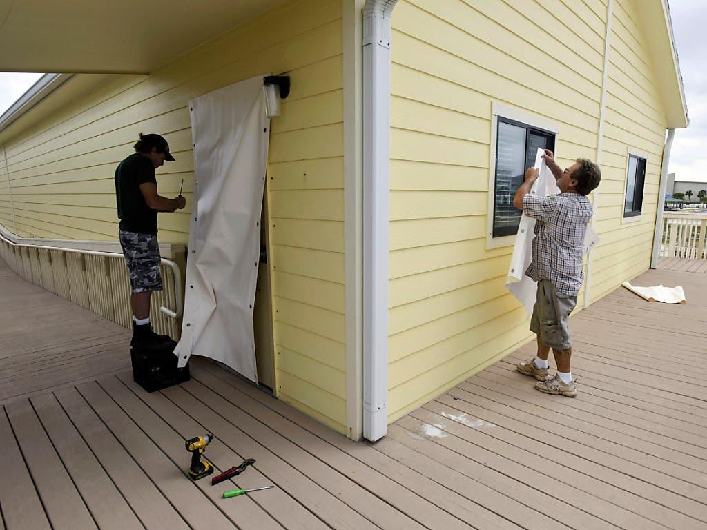 """Florida bereitet sich am Dienstag weiter auf das Eintreffen von Sturm """"Michael"""" vor, der mittlerweile zu einem Hurrikan der Stufe 3 klassifiziert wurde."""