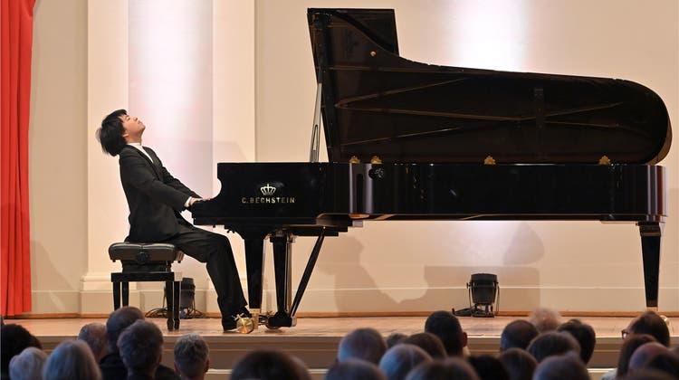 Mit überkreuzten Händen gespielt: 27-jähriger Starpianist entzückt mit Kunststücken das Publikum