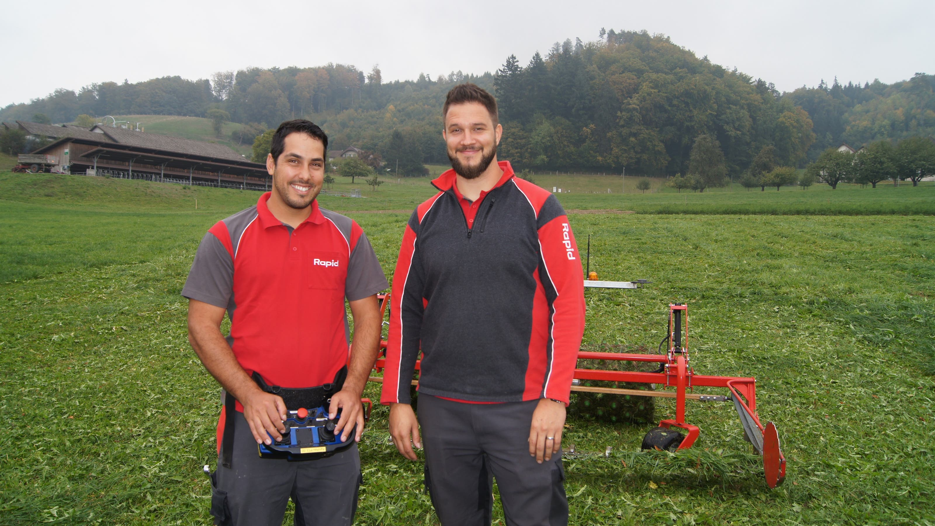 Daniel Schatzmann (links) hat den Roboter erfunden.