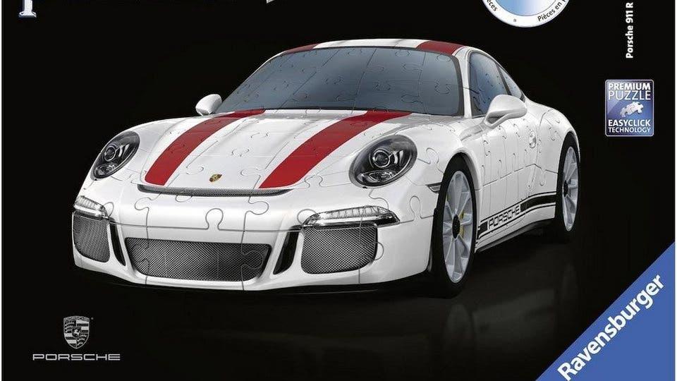 Porsche 911 R 3D-Puzzle Ravensburger holt das klassische Puzzle in die dritte Dimension: Das 3D-Puzzle des Porsche 911 R besteht aus 108 passgenauen Kunststoffteilen aus dem 3D-Drucker, die auf ein Chassis mit detailgetreuen Felgen und Reifen aufgebaut werden. So entsteht in rund einer Stunde Bauzeit ein detailgetreues Modell des Sportwagenklassikers. Das Puzzle für rund 40 Franken in vielen Spielwarenabteilungen zu finden und sowohl für Kinder, als auch für erwachsene geeignet.