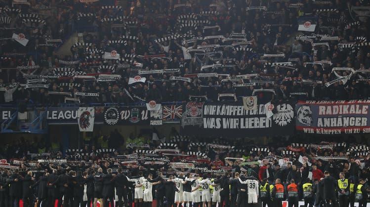 Eintracht-Fans ganz gross: Sogar Penalty-Pechvogel Martin Hinteregger wird gefeiert wie ein Held