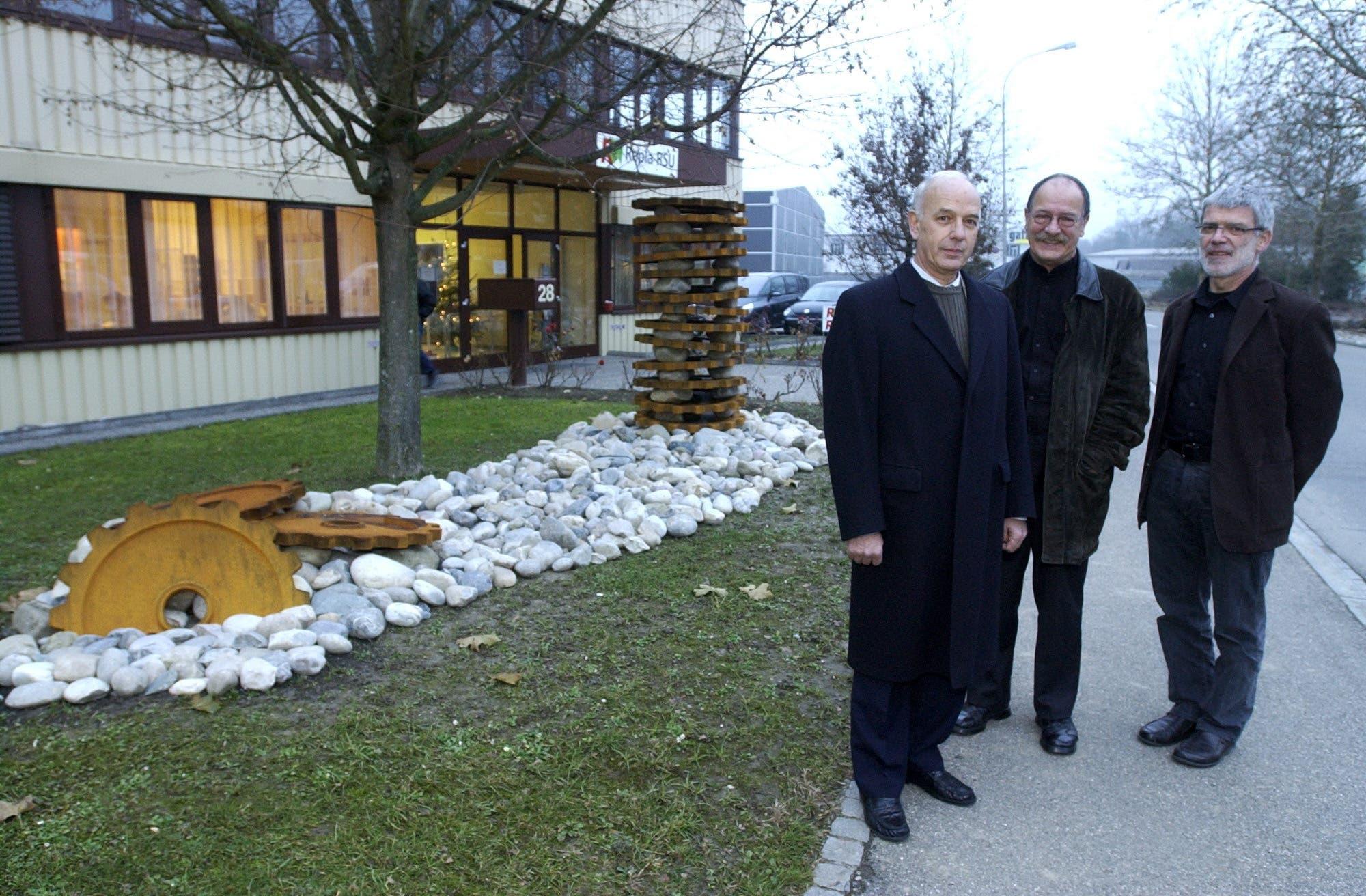 2003 erhielt die Regiomech zum 10-Jährigen eine Skulptur vom Künstler Heini Bürkli. V.l. CEO Peter Kürsener, Heini Bürkli, Künstler und Johannes Friedli, Planungsgruppe.