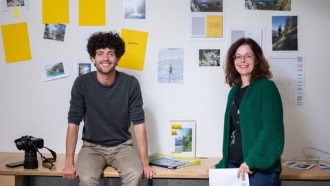 Fotograf Valentin Luthiger und Dori Tarelli von der tinto ag freuen sich über den neuen Urner Bildband «nusädè». (Bild: Valentin Luthiger/Markus Zwyssig (Altdorf, 5. Oktober 2020))