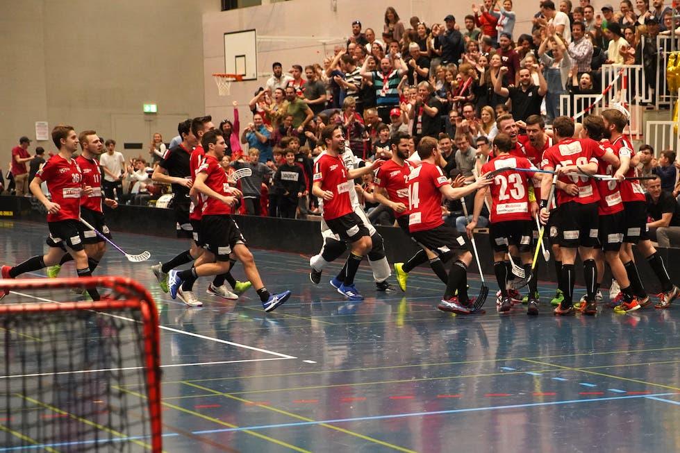 Basel Regio jubelt über Treffer das erste Tor des Spiels durch Kenin Rösch (Nr. 10)