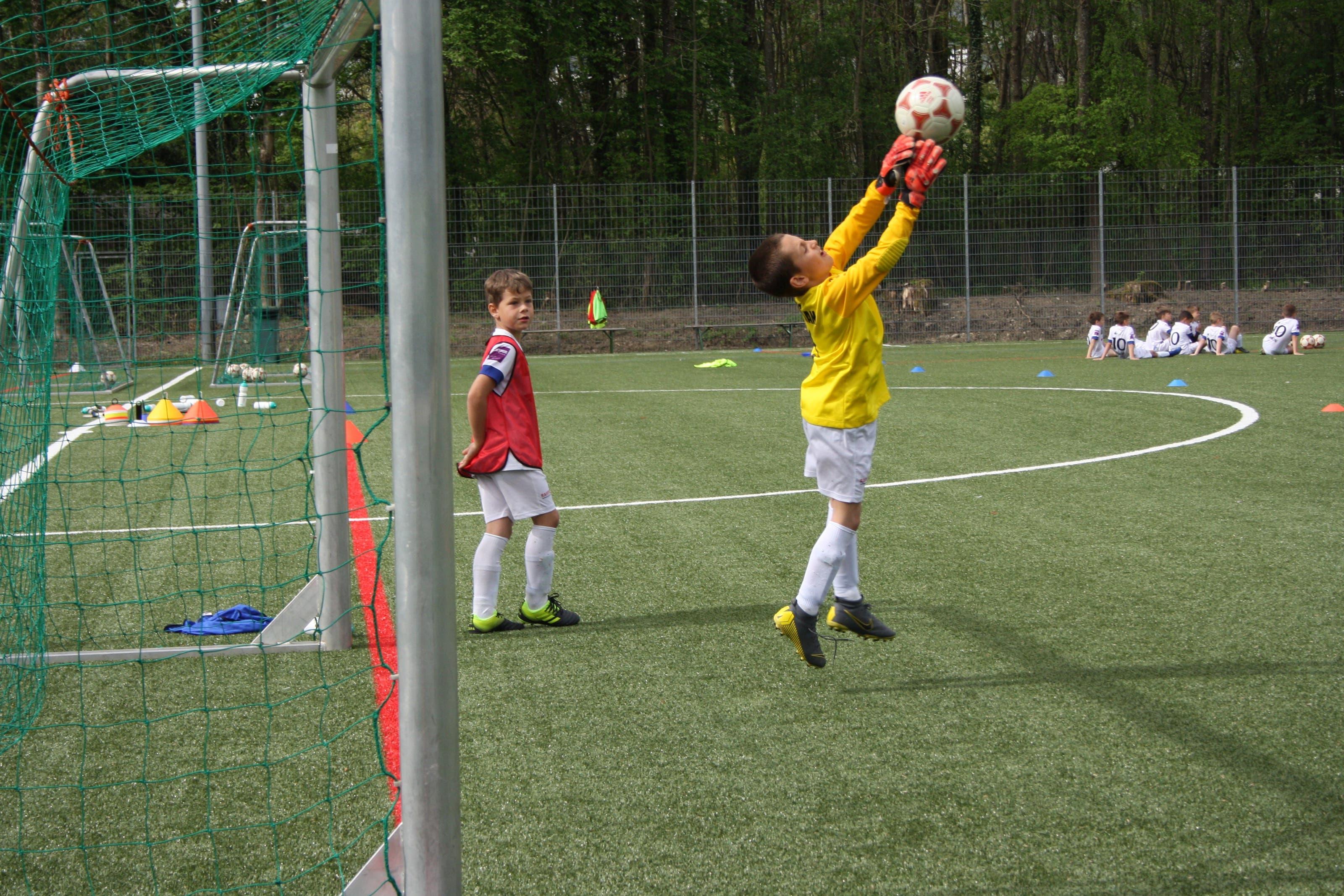 Wie man in den Frühlingsferien zu Sommer wird: Dieser junge Goalie pariert schon wie die Grossen.