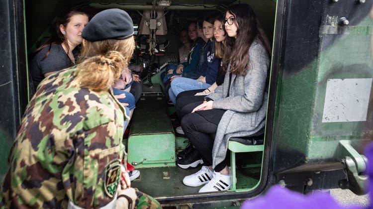 Armee-Orientierungstag für Frauen: Manche kommen in Tarnhosen, andere sind noch unsicher
