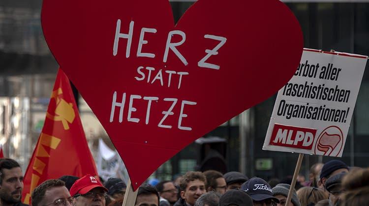 Gegen Rechts und gegen die Polizei: Die zwei Gesichter der Demo