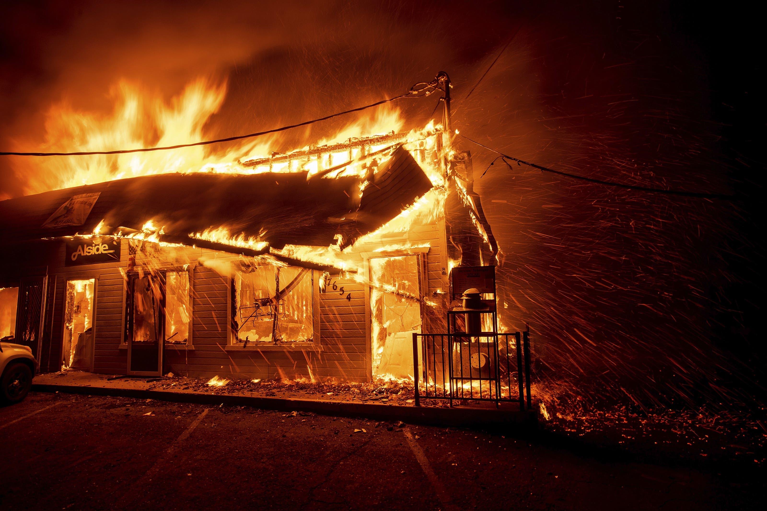Ein sich rasend schnell ausbreitender Waldbrand im Norden Kaliforniens hat die Stadt Paradise fast vollständig zerstört.