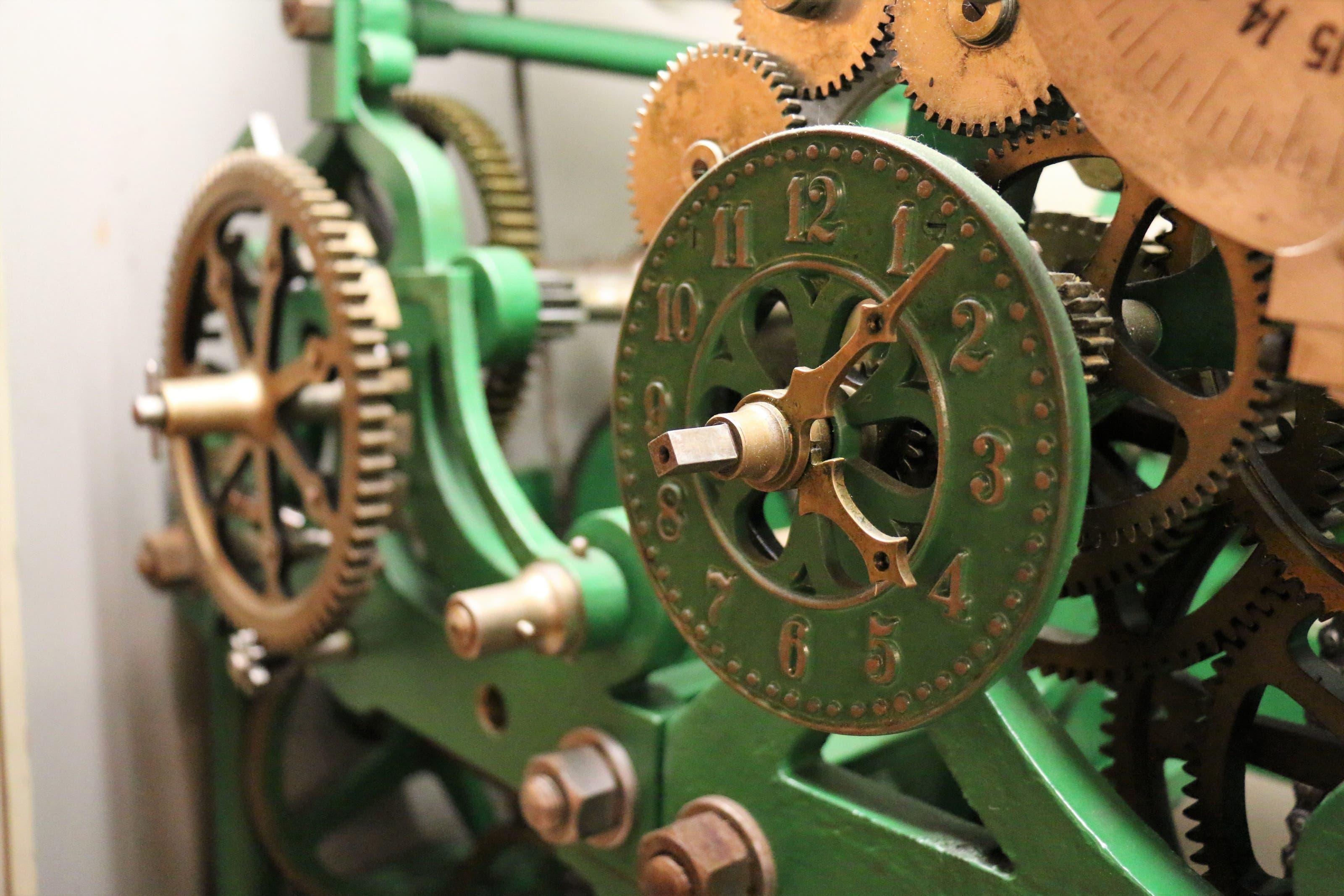 Blick ins Innere des mechanischen Uhrwerks der Birmensdorfer Kirche von 1924.