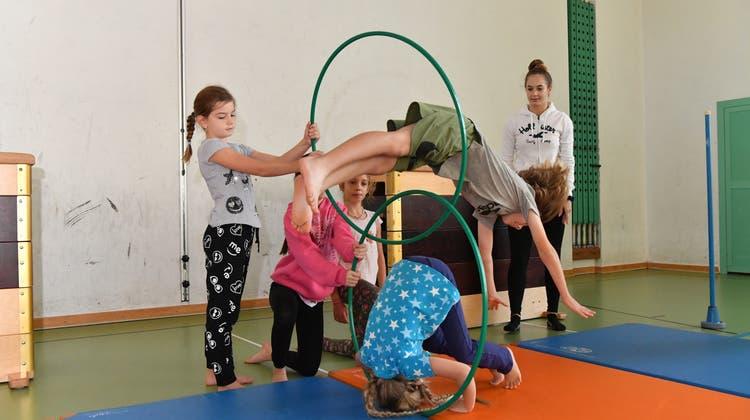 Auf den Spuren von Knie und Cirque du Soleil – Zirkus Balloni studiert mit Kids eine Vorfführung ein