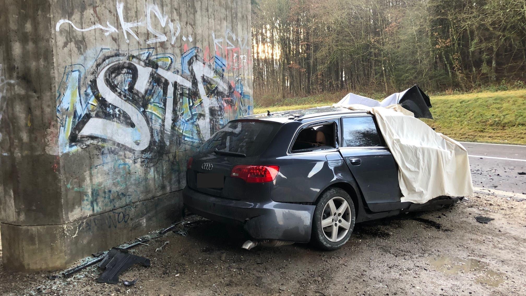 Der 35-jährige Autolenker wurde beim Unfall tödlich verletzt.