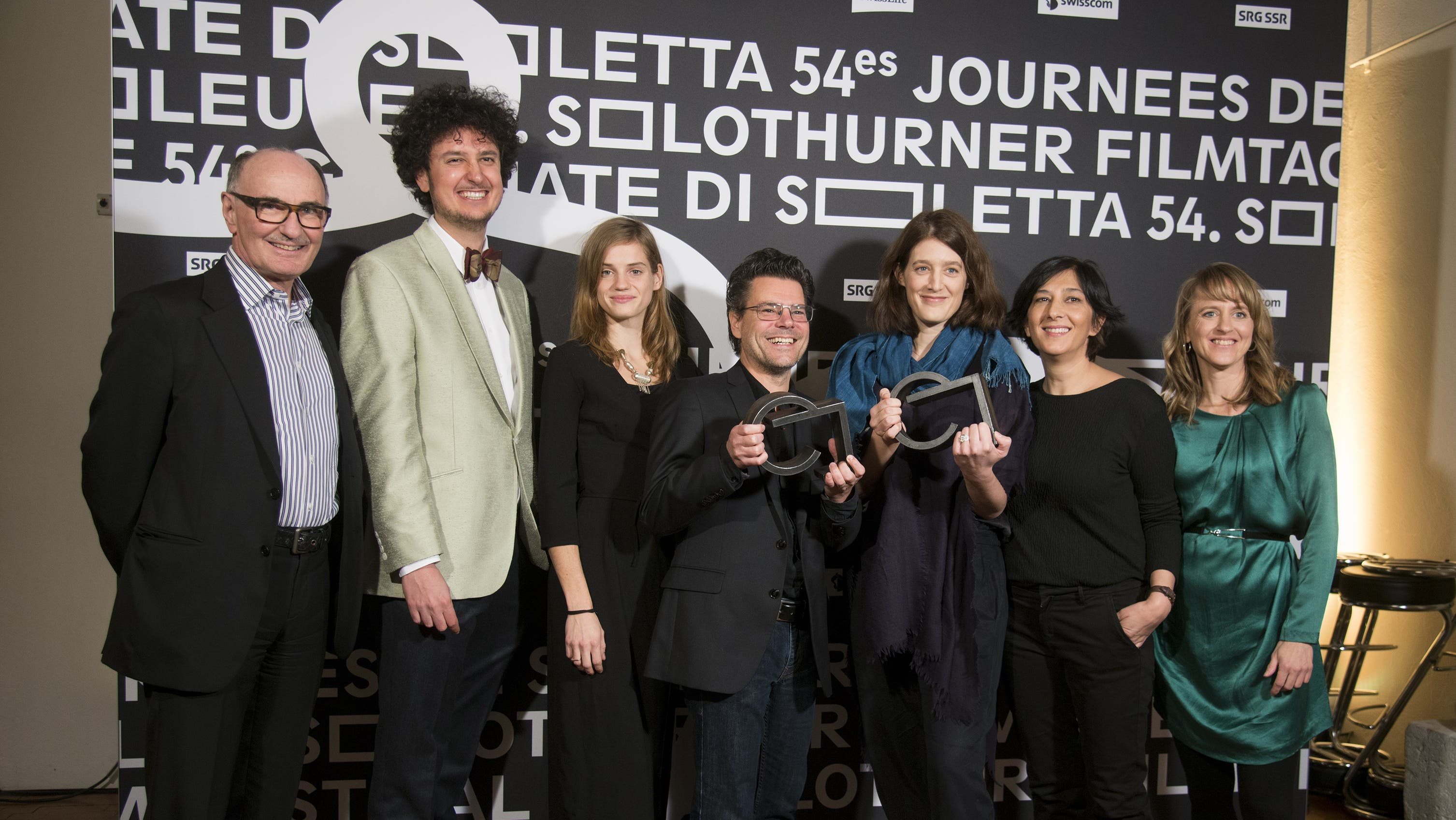 «Soirée de clôture» an den 54. Solothurner Filmtagen Preisträgerin Fanny Bräuning (dritte von rechts) mit ihrem Team, der Jury und Seraina Rohrer (rechts)