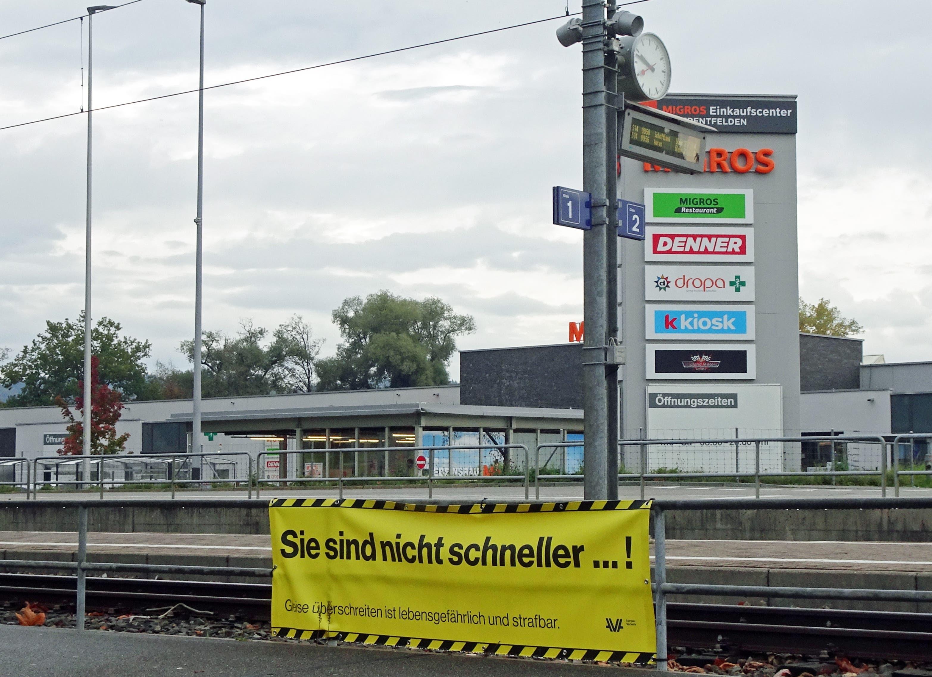 """undefined Haltestelle Uerkenbrücke Oberentfelden. """"Der Gang über die Gleise hat teure Folgen"""": Soll ich nun über die Gleise und den Zug nehmen oder gehe ich doch lieber zu Fuss?"""