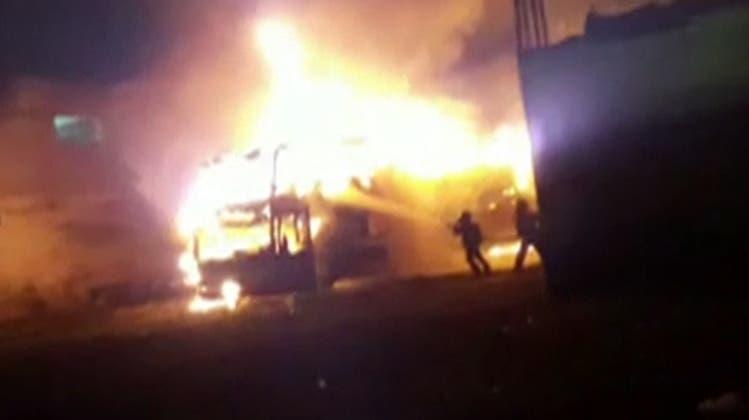 Flammenhölle in Peru: 20 Tote bei Bus-Brand an illegal betriebenem Busbahnhof in Lima