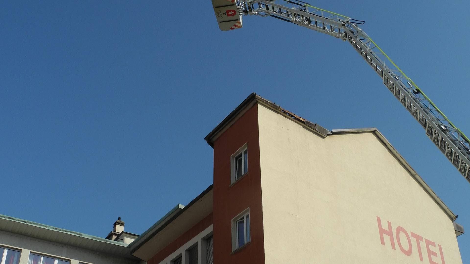 Die Feuerwehr Grenchen schaut sich den Schaden an