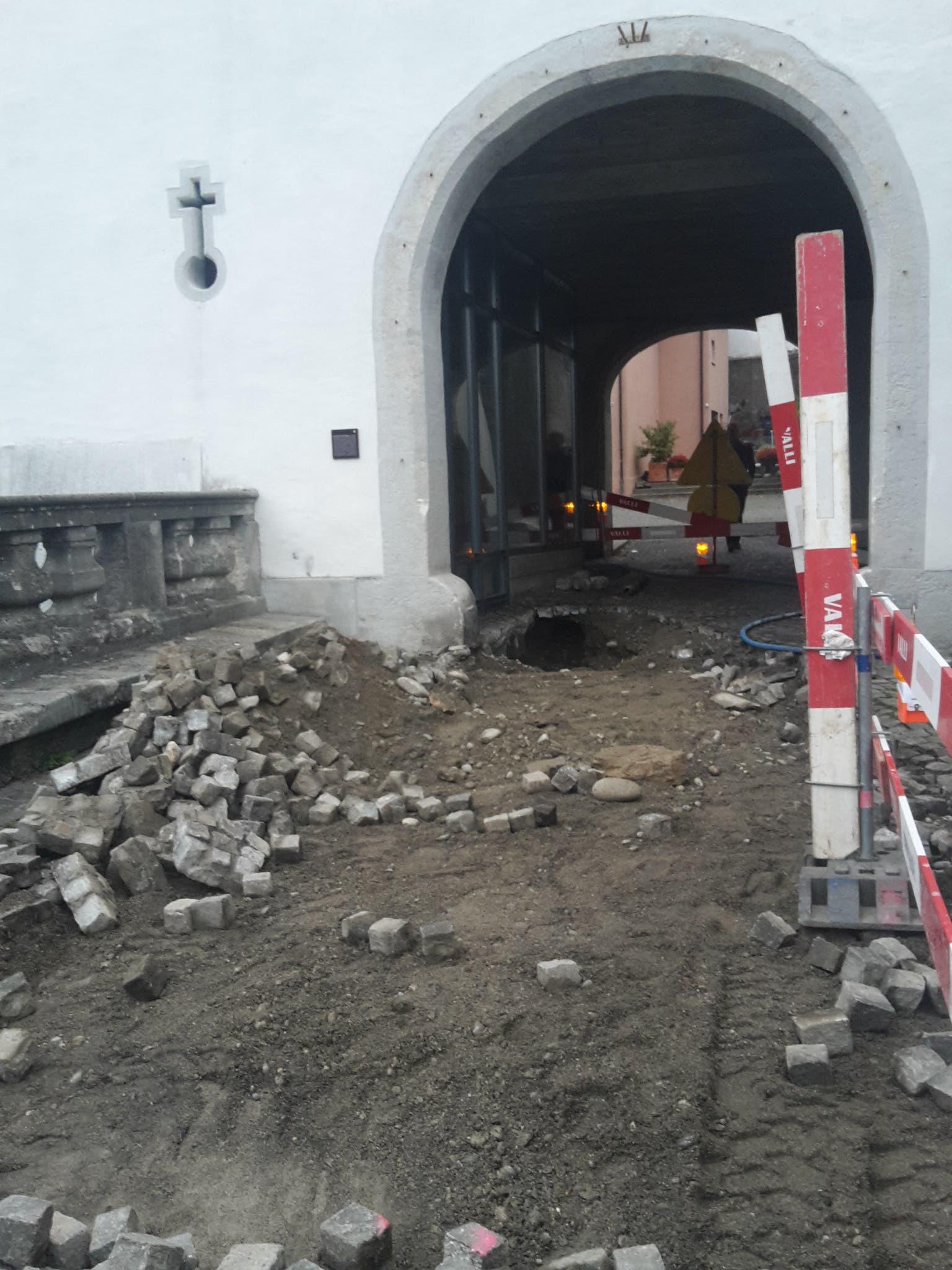 Spektakulärer Wasserrohrbruch in der Altstadt – Strasse gesperrt
