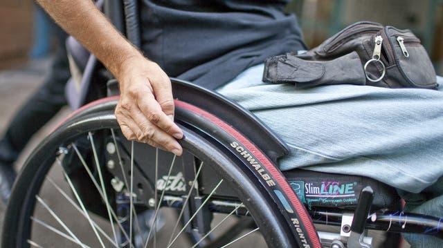 Unbekannter entreisst Mann im Rollstuhl die Tasche und flieht