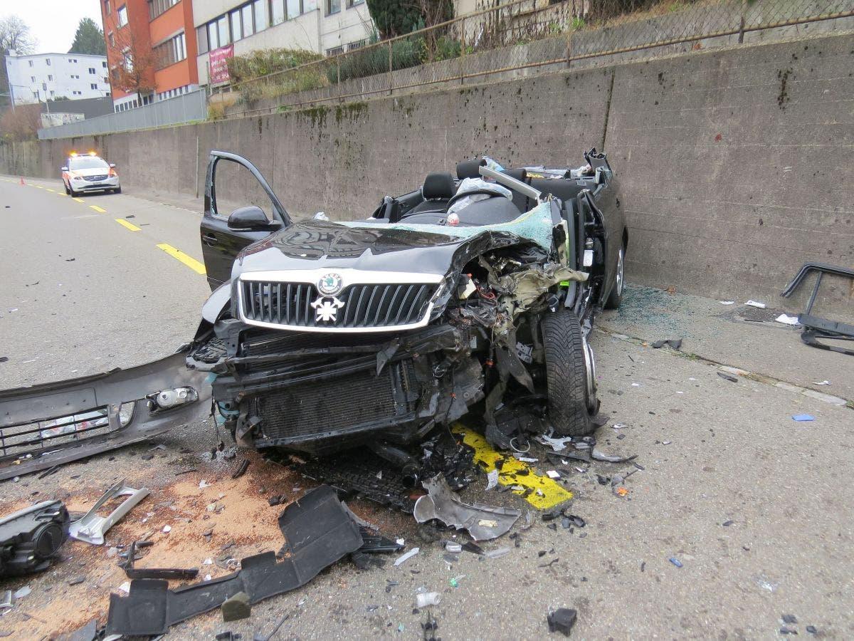 Ein Autofahrer geriet auf der Neuenhoferstrasse in Baden auf die Gegenfahrbahn und kollidierte frontal in einen entgegenkommenden PW.