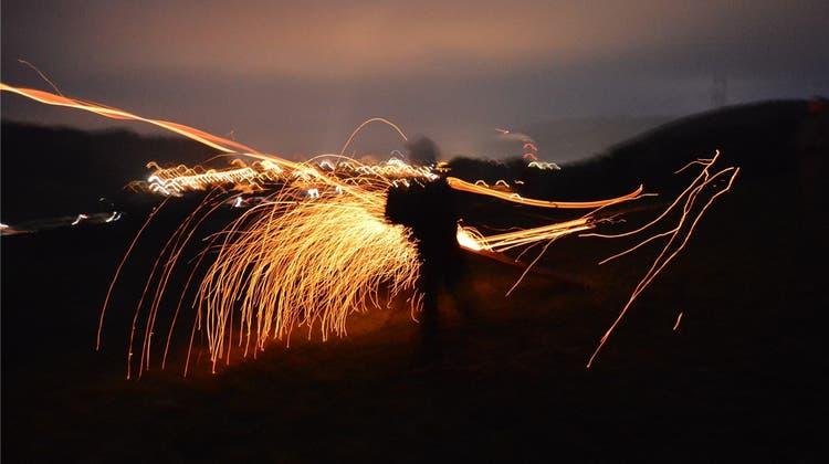 Es fliegen brennende Scheiben