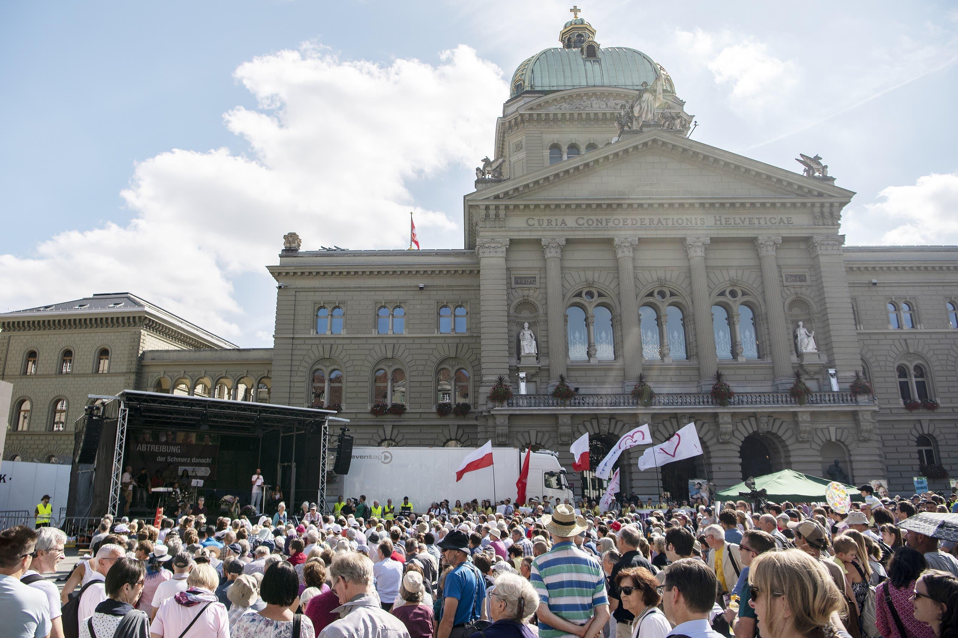 """Teilnehmer der Kundgebung """"Marsch fürs Laebe"""" demonstrieren auf dem Bundesplatz"""
