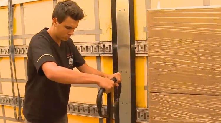Päckchen bekleben und Kisten schleppen: So bessern Aargauer Jugendliche ihr Sackgeld auf