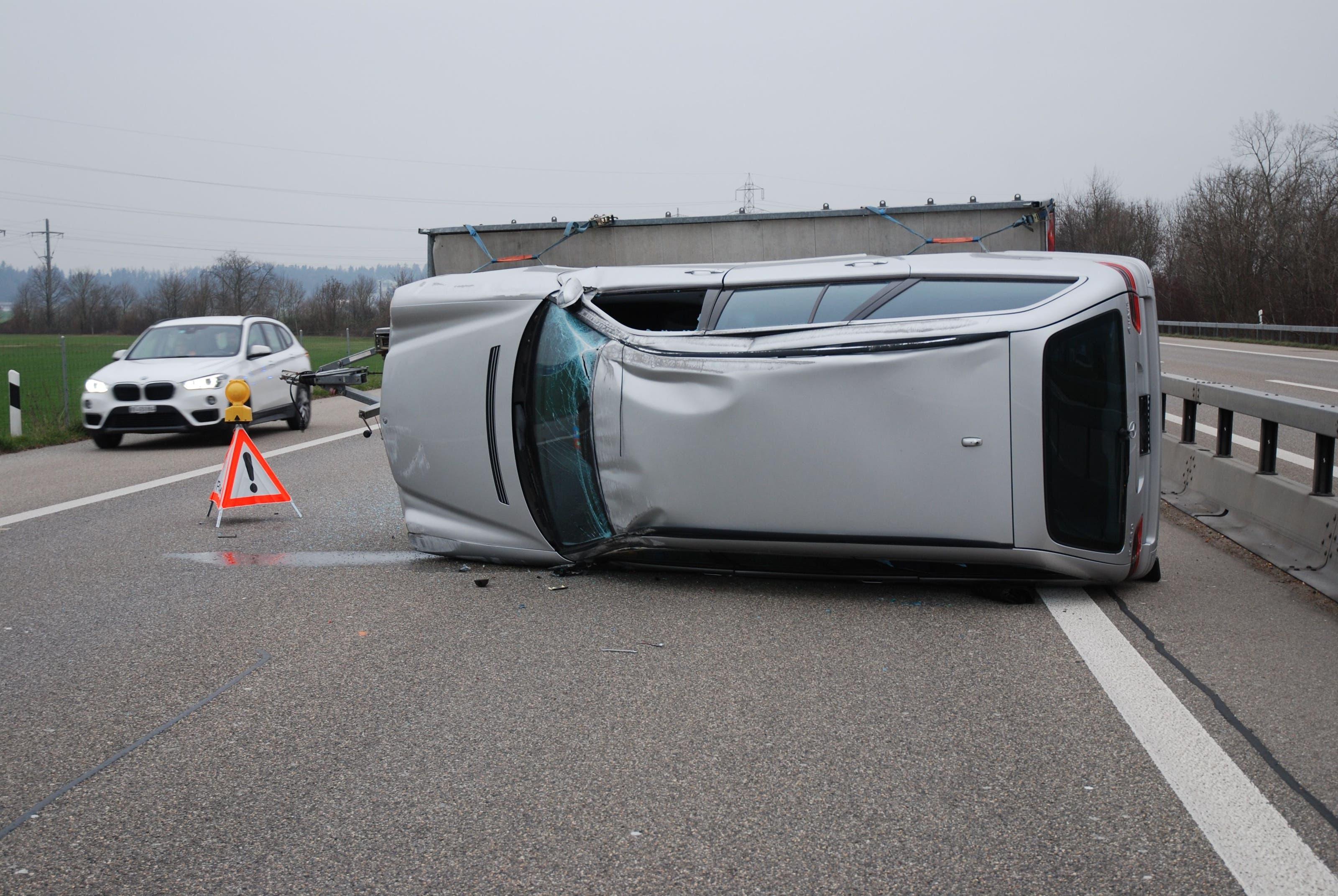 Unfall auf A1 bei Niederbipp: Mit Auto beladener Anhänger kippt