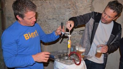 Roger Pernet, Vereinspräsident IG Brauerei Steckborn, am Zapfhahn mit Brauereimitglied Jan Martin. (Bild: Margrith Pfister-Kübler)