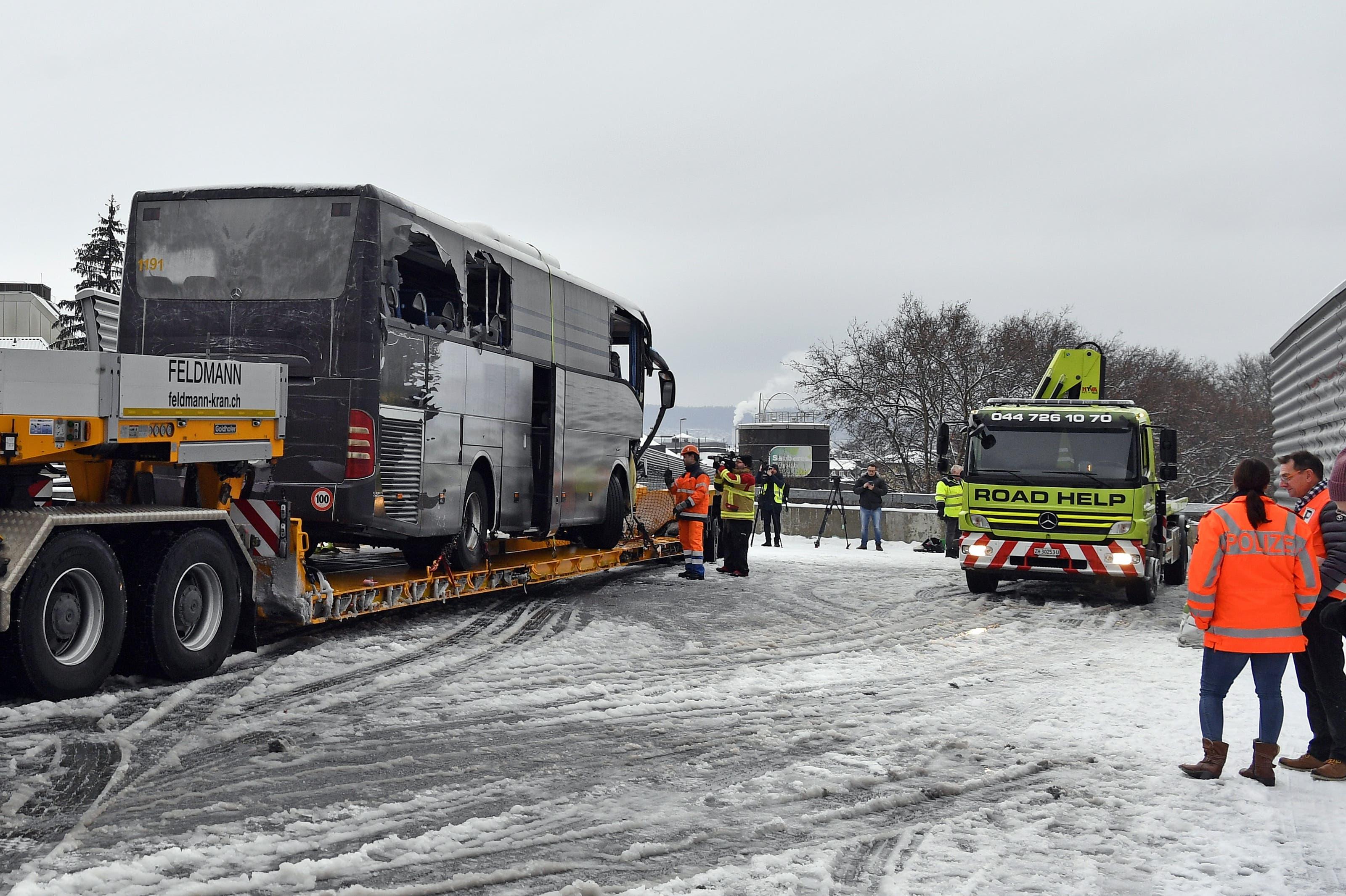 Der Unfall ereignete sich laut Angaben der Zürcher Kantonspolizei kurz vor 4.15 Uhr auf der Anfahrt in die Stadt am Ende des Autobahnzubringers A3W, der auch Sihlhochstrasse genannt wird.