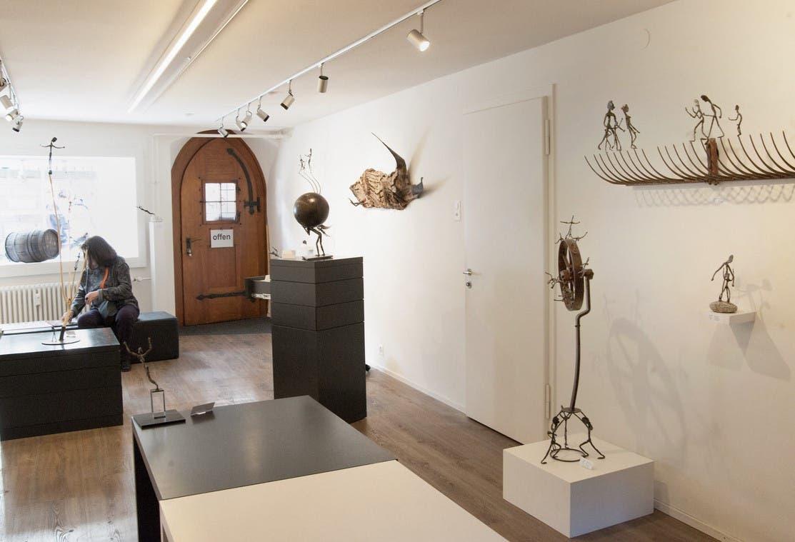 Einblick in die Galerie Brigitta Leupin Durch Biegen, Hämmern und Schweissen lässt der Berner Bildhauer teils filigrane, teils schwergewichtige Figuren aus massivem Stahl entstehen.